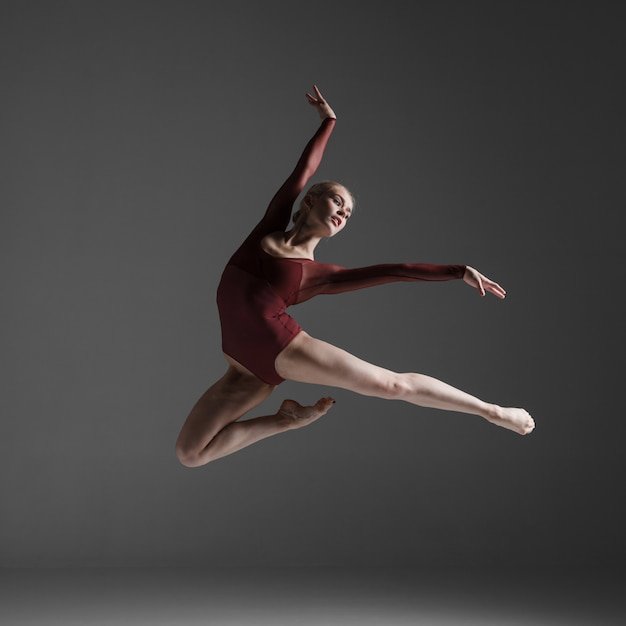 Dançarino jovem bonito estilo moderno pulando Foto gratuita