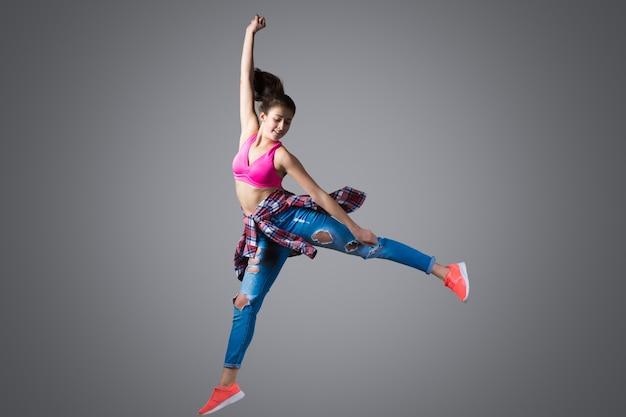 Dançarino moderno saltando Foto gratuita