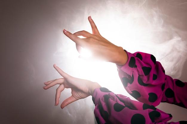 Dançarinos, mãos, executar, floreo Foto gratuita