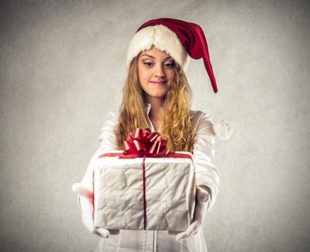 Dando um presente no natal Foto Premium