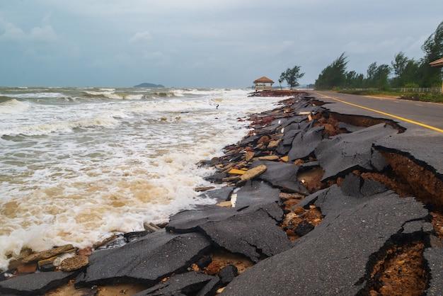 Danos na estrada causados por ondas do mar corroem Foto Premium