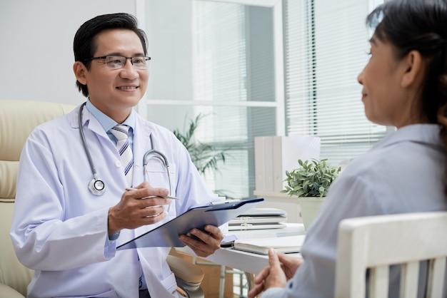 Dar recomendações ao paciente Foto gratuita