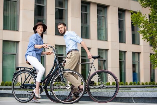 Data romântica do jovem casal em bicicletas Foto gratuita