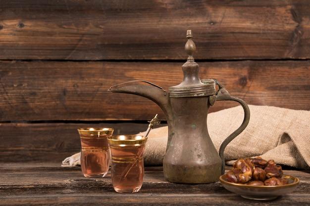 Datas de frutas com copos de chá na mesa Foto gratuita
