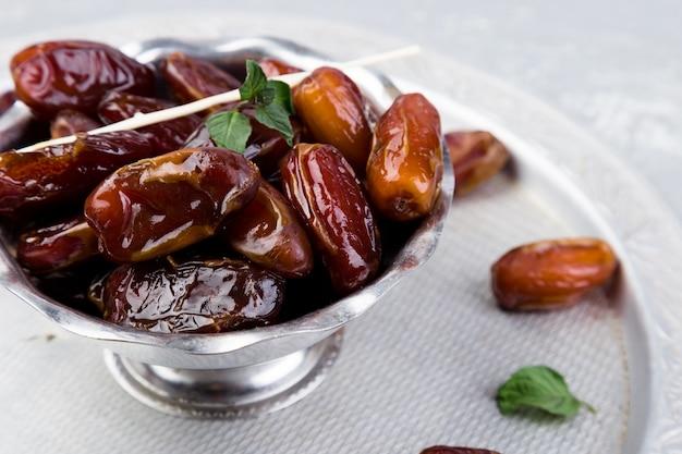 Datas de frutas secas na bandeja de prata. copie o espaço. Foto Premium