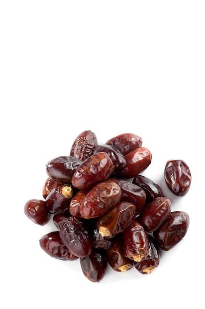 Datas na superfície branca. frutas secas de tâmaras. Foto Premium