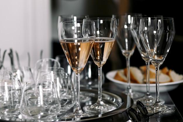Daylights brilham sobre as flautas de champanhe Foto gratuita