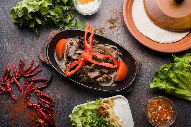 De cima composição de carne e legumes Foto gratuita