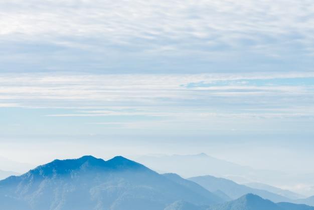 De distância ao ar livre de congelamento nuvens graduais Foto gratuita