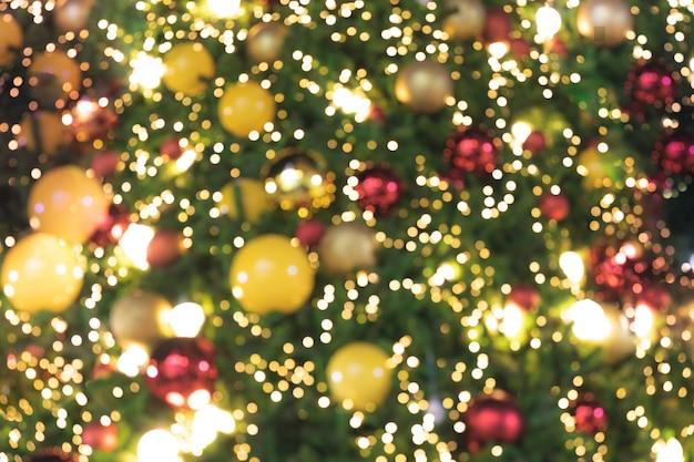 De foco luzes brilhantes de fundo de árvore de natal bokeh Foto Premium