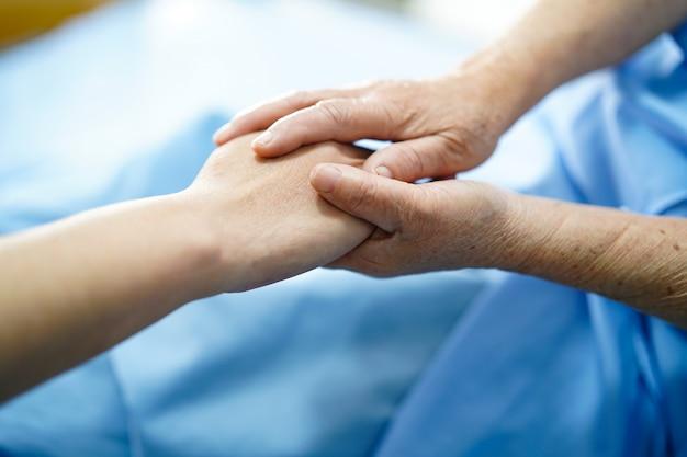De mãos dadas com amor. Foto Premium