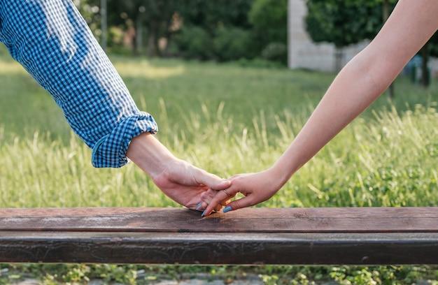 De mãos dadas com uma mulher e um homem Foto Premium