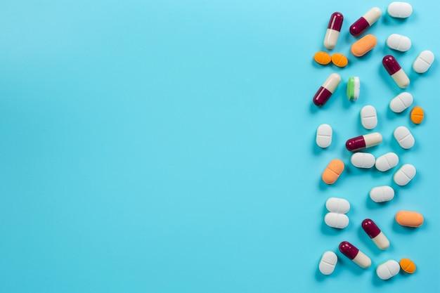 De medicamentos, suprimentos médicos colocados em um azul. Foto gratuita