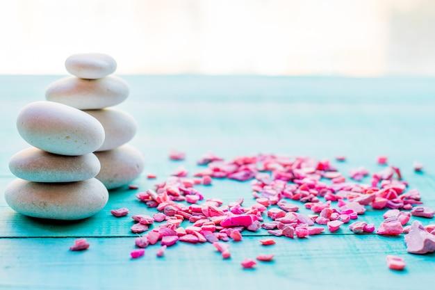 De pedras de spa fazem pirâmides de saldos. seixos, o conceito de saúde e relaxamento Foto Premium