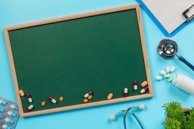De remédios, suprimentos colocados em uma placa verde juntamente com ferramentas de médico em um azul. Foto gratuita