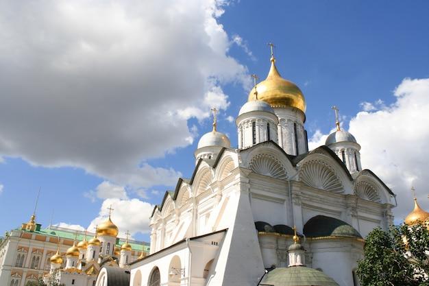 De tirar o fôlego famoso a catedral da anunciação e a catedral do arcanjo no kremlin de moscou, rússia Foto Premium