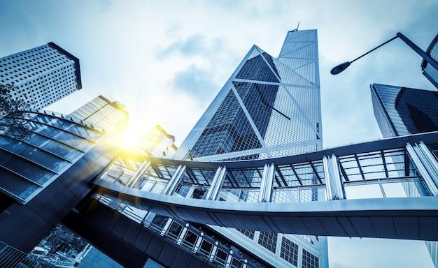 De um arranha-céu de baixo ângulo em cidades chinesas modernas Foto Premium