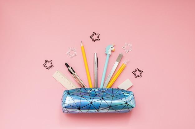 De volta à escola. estojo com material escolar na mesa-de-rosa Foto Premium