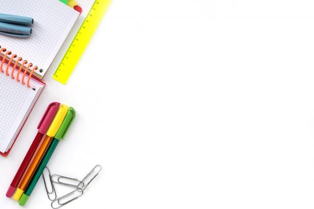 De volta à escola. fontes do desenho da escola e do escritório isoladas no fundo branco. Foto Premium