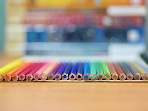 De volta à escola, lápis na mesa de madeira Foto Premium