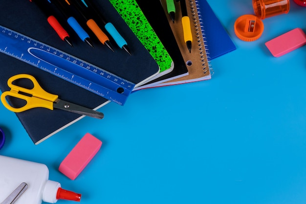 De volta à escola. material escolar em fundo azul Foto Premium