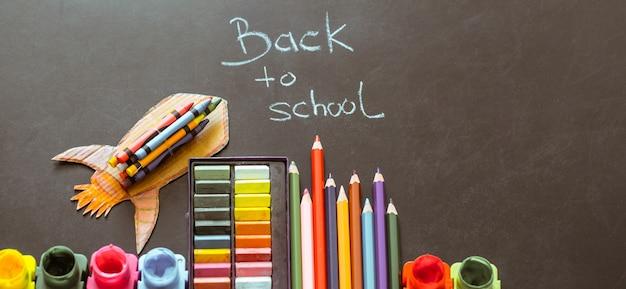 De volta à escola, material escolar Foto gratuita