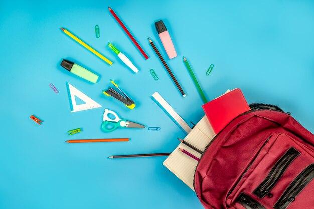 De volta à escola . mochila e suprimentos em azul Foto Premium