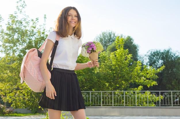 De volta à escola. retrato ao ar livre de adolescente feliz Foto Premium