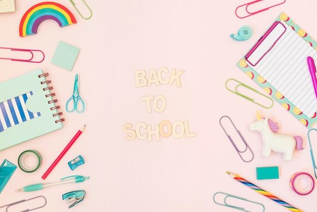 De volta à mensagem da escola com material escolar Foto gratuita