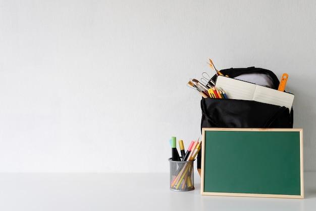 De volta ao conceito da escola, copie o espaço do equipamento da educação na tabela branca. Foto Premium