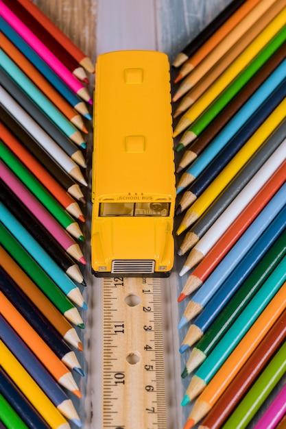 De volta ao conceito da escola. ônibus da escola na régua e nos lápis. Foto Premium