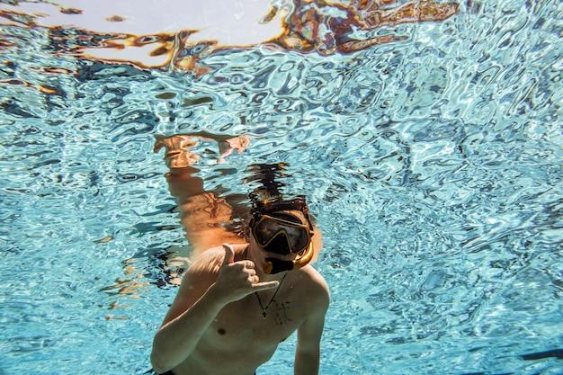 Debaixo da piscina Foto gratuita