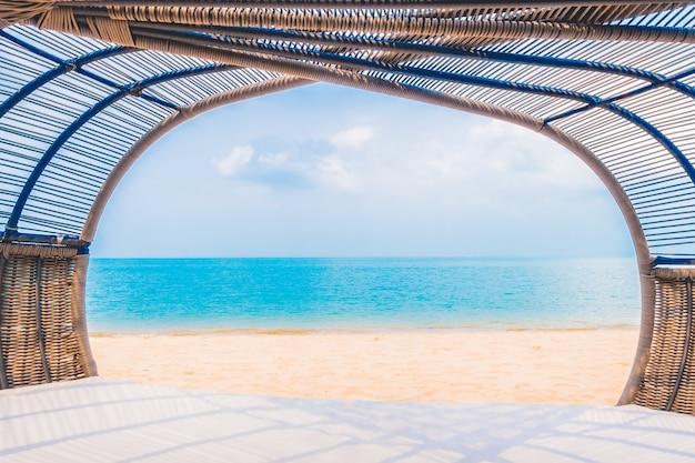 Deck de luxo com o descanso na praia e mar Foto gratuita