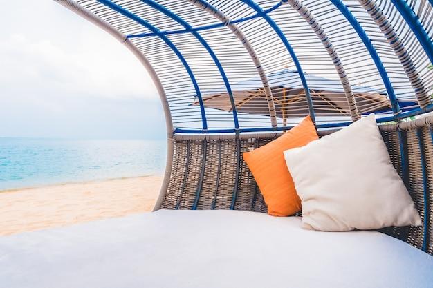 Deck de luxo com travesseiro na praia e no mar Foto gratuita
