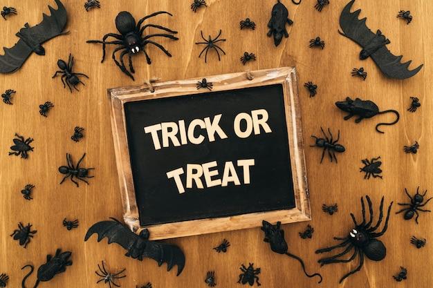 Decoração assustadora de halloween com ardósia Foto gratuita