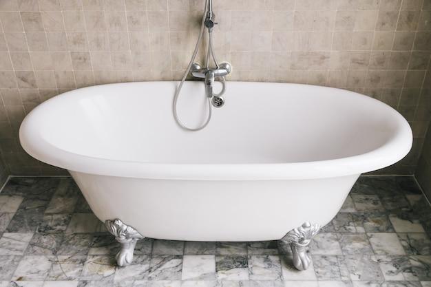 Decoração banheira no banheiro Foto gratuita