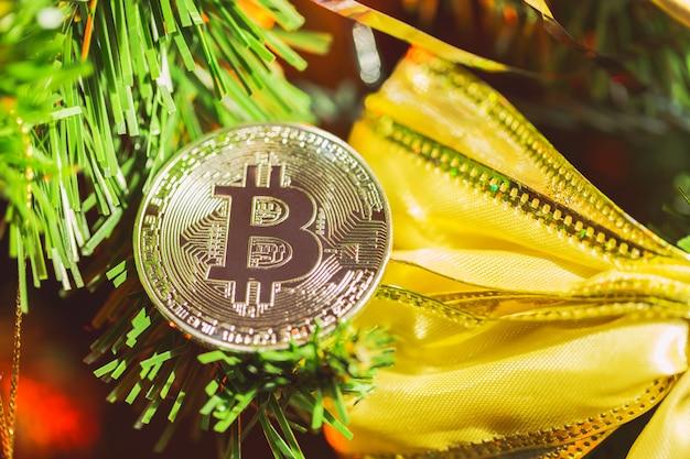 Decoração bitcoin na árvore de natal close-up Foto Premium