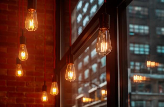 Decoração clara da sala do escritório que pendura luzes de teto em um escritório compartilhado moderno Foto Premium