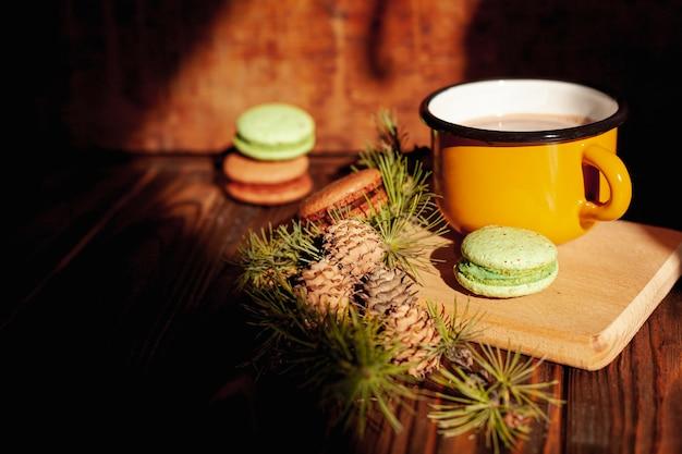 Decoração com caneca de chocolate quente e biscoitos Foto gratuita