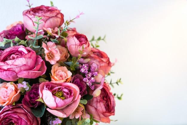 Decoração com flores artificiais Foto gratuita