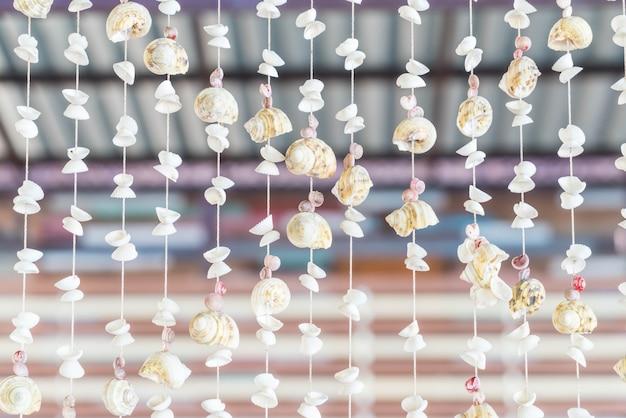Decoração com muitas conchas e caracóis diferentes Foto gratuita