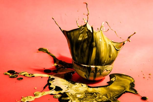 Decoração com tinta amarela em uma tigela Foto gratuita