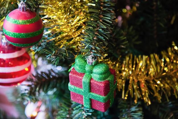Decoração da árvore de natal - ano novo conceito da celebração de natal Foto gratuita