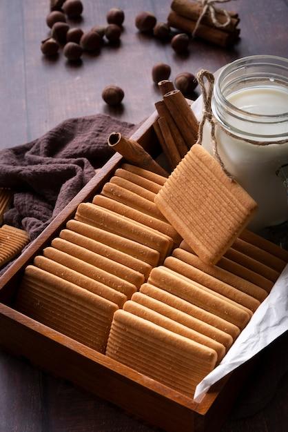 Decoração de alto ângulo com biscoitos e jarra de leite Foto gratuita