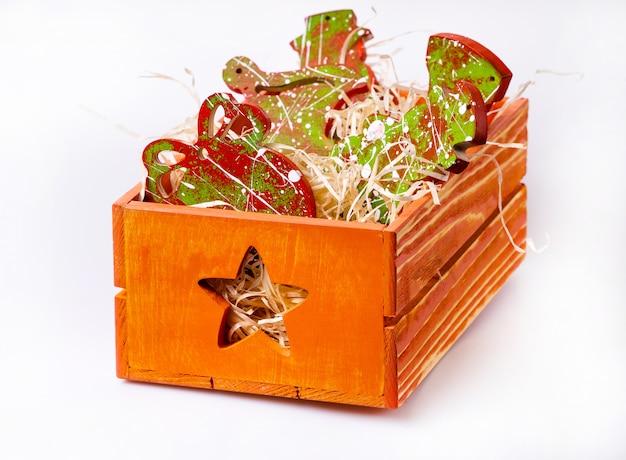 Decoração de ano novo. caixa com brinquedos de natal. Foto Premium