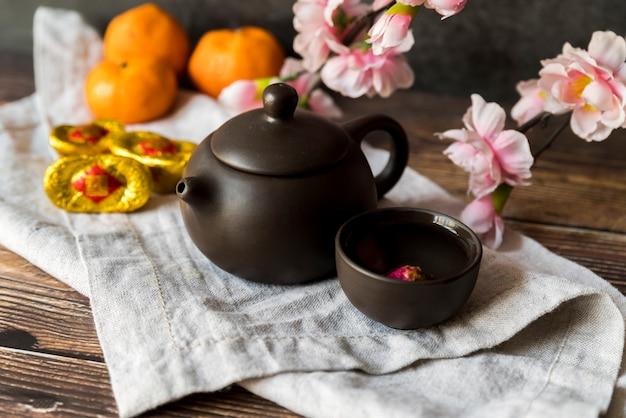 Decoração de ano novo chinês floral com chá Foto gratuita