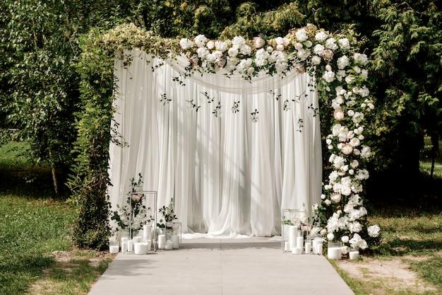 Decoração de arco de cerimônia de casamento com rosas brancas e verde fora Foto Premium