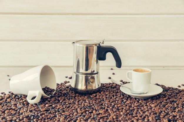 Decoração de café com pote moka Foto gratuita