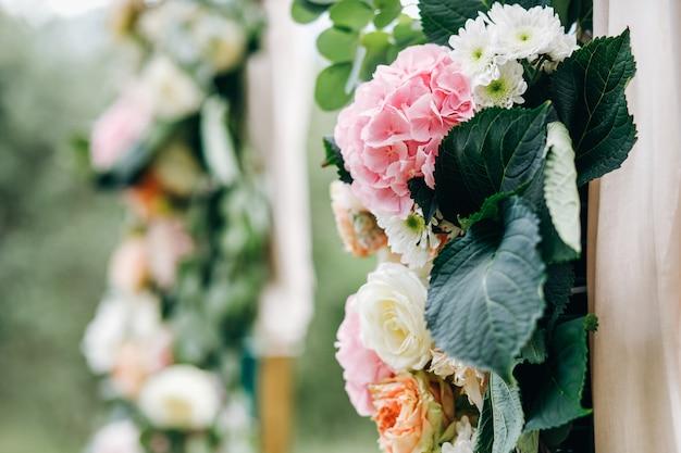 Decoração de casamento italiano. eucalipto verde, laranja e rosa f Foto gratuita