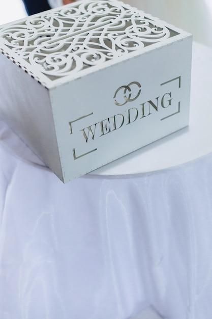 Decoração de cerimônia de casamento, cadeiras, arcos, flores e decoração variada Foto Premium